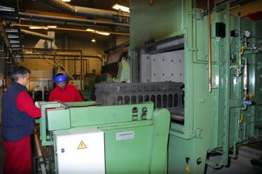especialistas manejando horno en atmósfera controlada